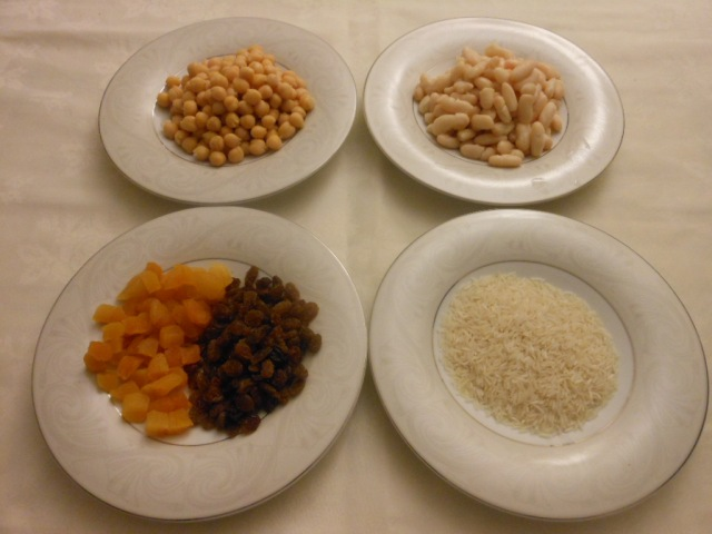 Wash the chickpeas, beans and rice, dice the dried apricots.